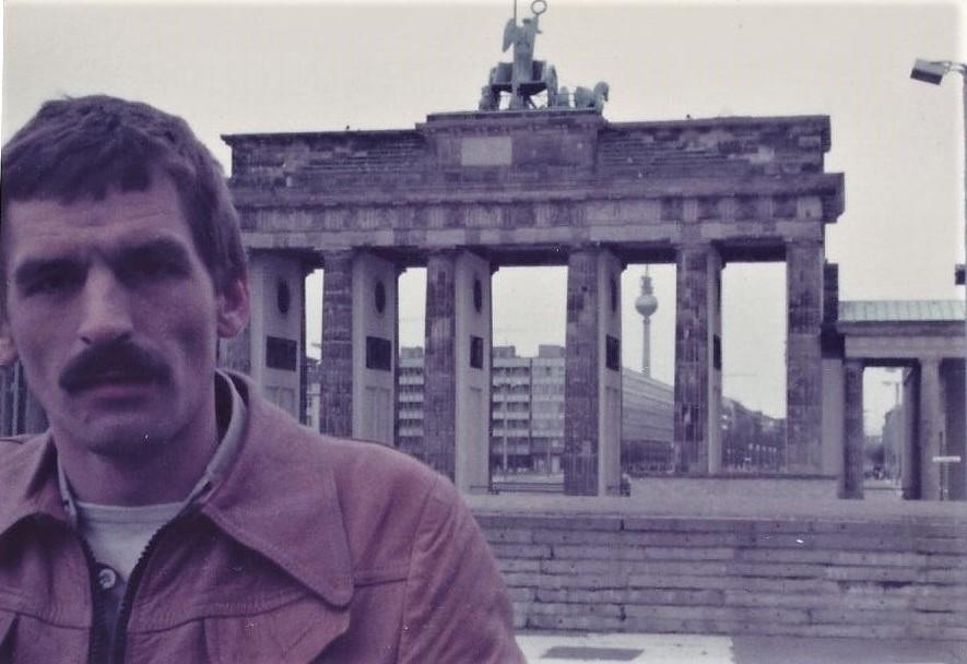 Brandenburger-tor-jaren-80--verboden-gebied--met-de-muur-er-voor-2