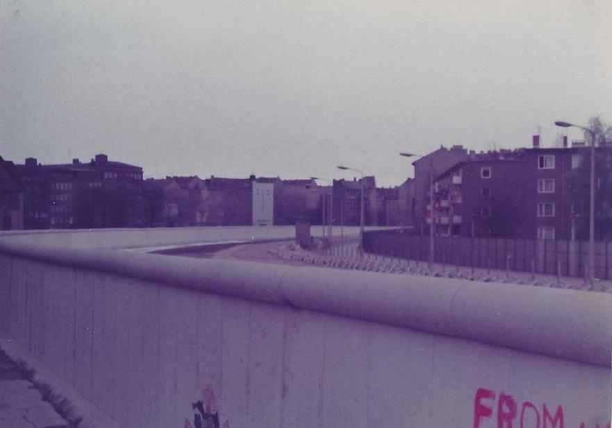 De-muur-door-Berlijn--gezien-van-de-West-zijde.-achter-de-muur-mijnenvelden-Ruiter-versperringen-en-prikkeldraad-en-draad-met-stroom--om-de-kilometer-een-wachtpost