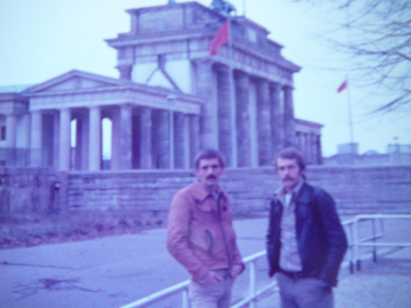 Johan-Wiersma-R-Otto-Hoekstral-rond-1980-voor-de-Brandenburger-Tor--Door-mijn-werk-stond-ik-soms-aan-de-West-Berlijnse-kant-van-de-muur--en-de-volgende-dag-aan-de-Oost-Berlijnse-kant-van-de-muur