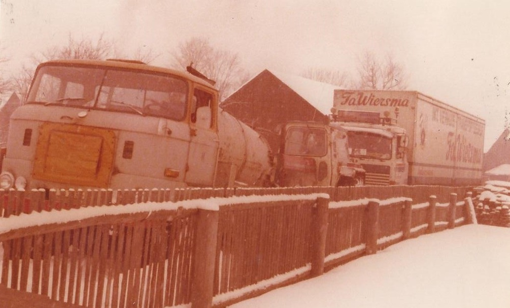 in-de-winter-moesten-er-enkele-DDR-voertuigen-aan-te-pas-komen-om-de-geladen-wagen-van-het-boerenerf-te-trekken