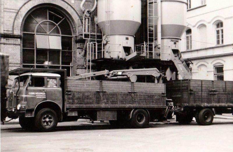 M.A.N--10-212.met-afzet-Atlas-kraan-en-een-gebruikte-grote-16-ton-Groenewegen-Aanhanger-Bierbostel-laden-bij-de-Haecht-Brauerij-in-Haecht-Belgie-chauffeur-daarop-was-meest-Folkert-Vellinga