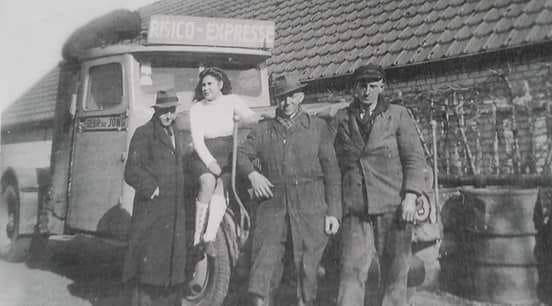 Rein-de-Jong-voorjaar-1945-rechts-chauffeur-Sip-Blom