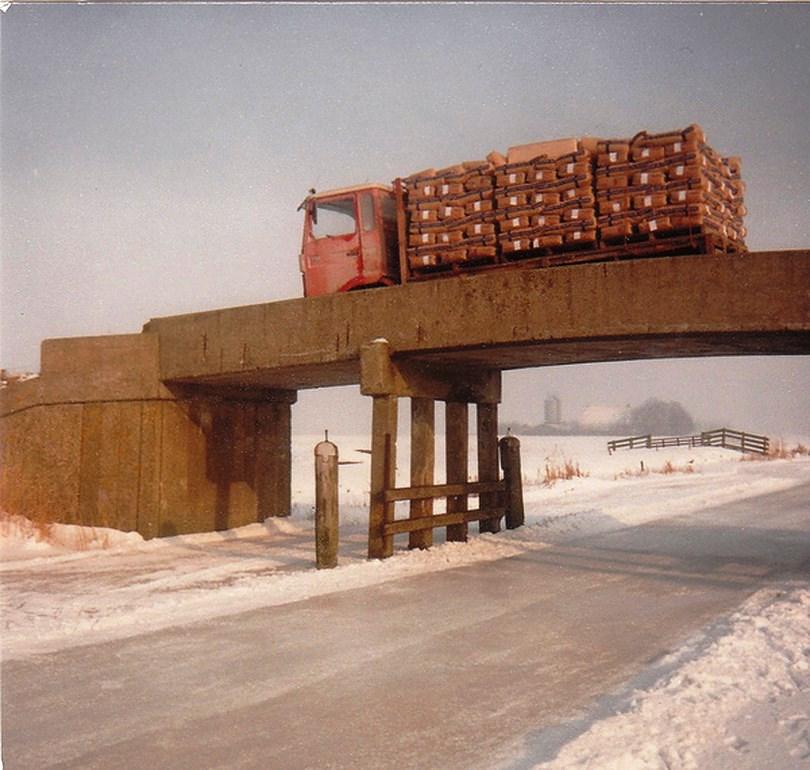 Anne-En-Griet-Finnema-op-weg-naar-boerderij-van-Volkering-bij-het-plaatsje-Boer-achter-Franeker-brug-over-de-11-steden-tocht-