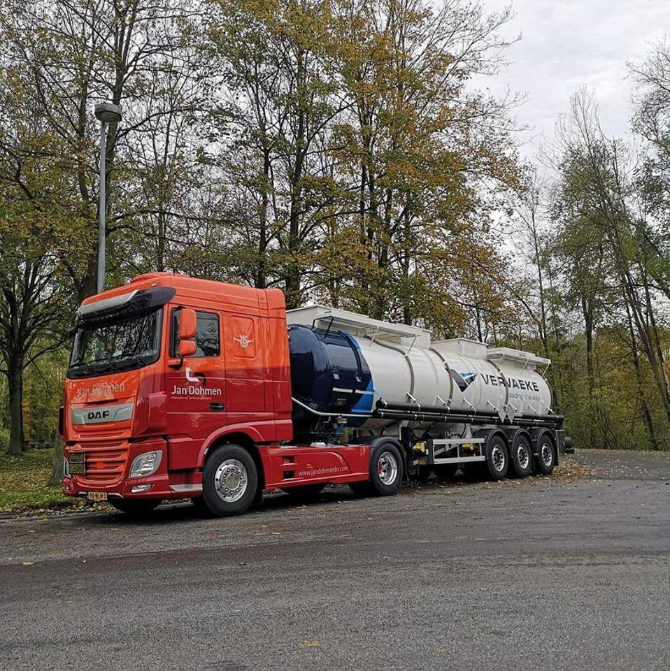 DAF-met-een-trailer-in-de-nieuwe-kleur