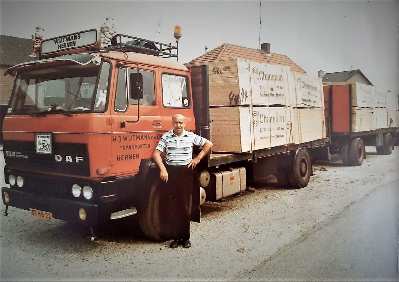 0-Hendrik-Wijtmans-bij-een-Daf-2300-geladen-met-een-vracht-multiplex-uit-de-haven-van-Antwerpen--1981--