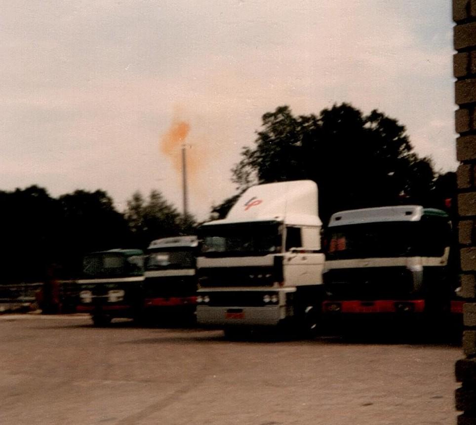 DAF-Mercedes-met-de-vlam-op-de-achtergrond