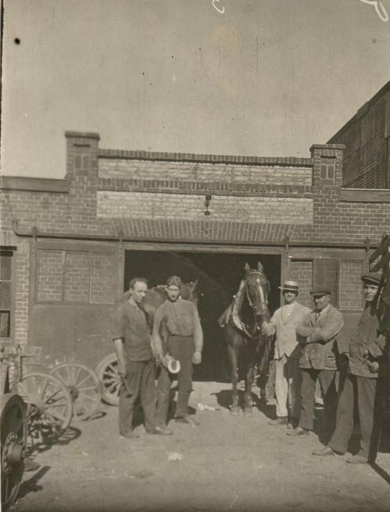 Leon-Loven-1920--in-de-smederij-in-Heerlen-er-werden-veel-paarden-beslagen-
