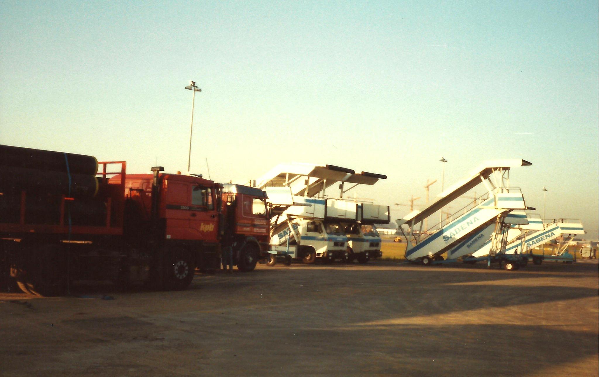 Ger-Van-Vlimmeren---Vliegveld-Zaventum--Kerosinebuizen-lossen-bij-het-militaire-gedeelte
