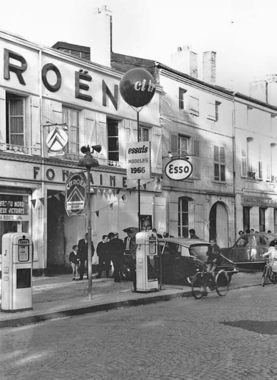 Citroen-in-1966---Esso-pomp