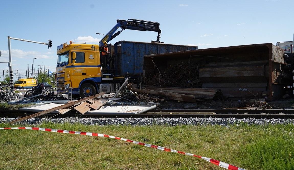11-5-2020--Op-de-Botlekweg-in-Rotterdam-is-een-vrachtwagen-met-schroot-gekanteld--dus-we-ruimen--het-op.-1