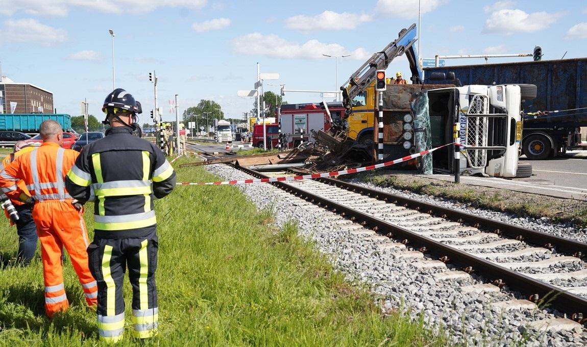 11-5-2020--Op-de-Botlekweg-in-Rotterdam-is-een-vrachtwagen-met-schroot-gekanteld--dus-we-ruimen--het-op.-2