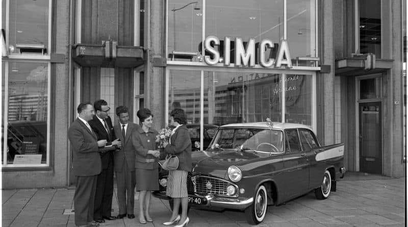 Simca-dealer-garage-Willemse--Groothandels-gebouw-te-Rotterdam-1960-verkoopt-de-150-ste-Simca-van-dit-model