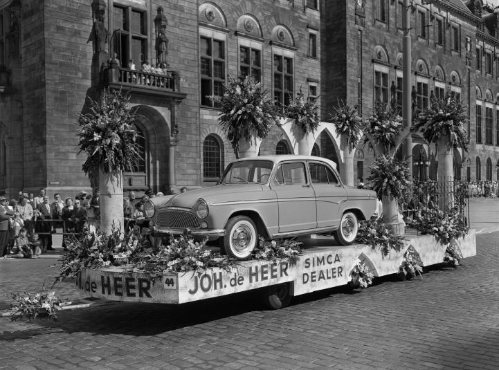 Simca-dealerwagen-van-Joh--de-Heer-op-Coolsingel-voor-stadhuis-tijdens-het-31e-Bloemencorso-15-08-1959