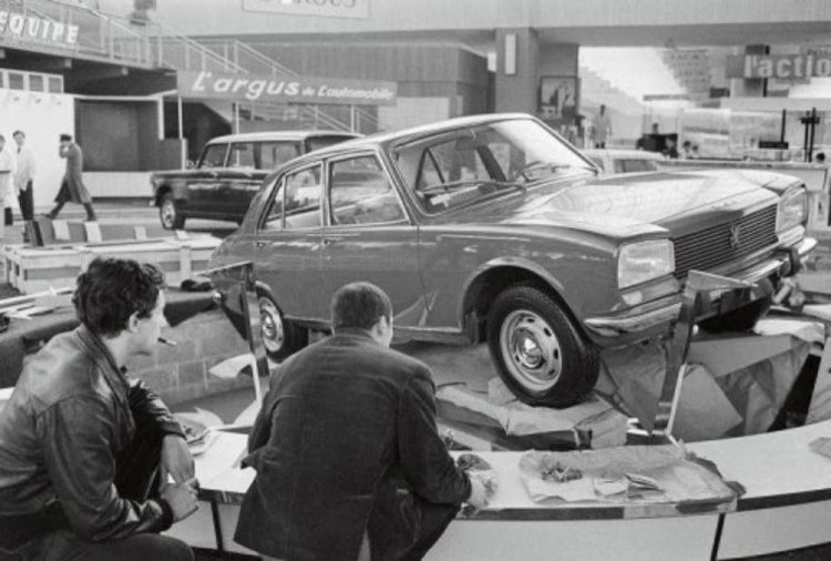 Het-debuut-van-de-Peugeot-504-op-tAutosalon-van-Parijs-in-1968-