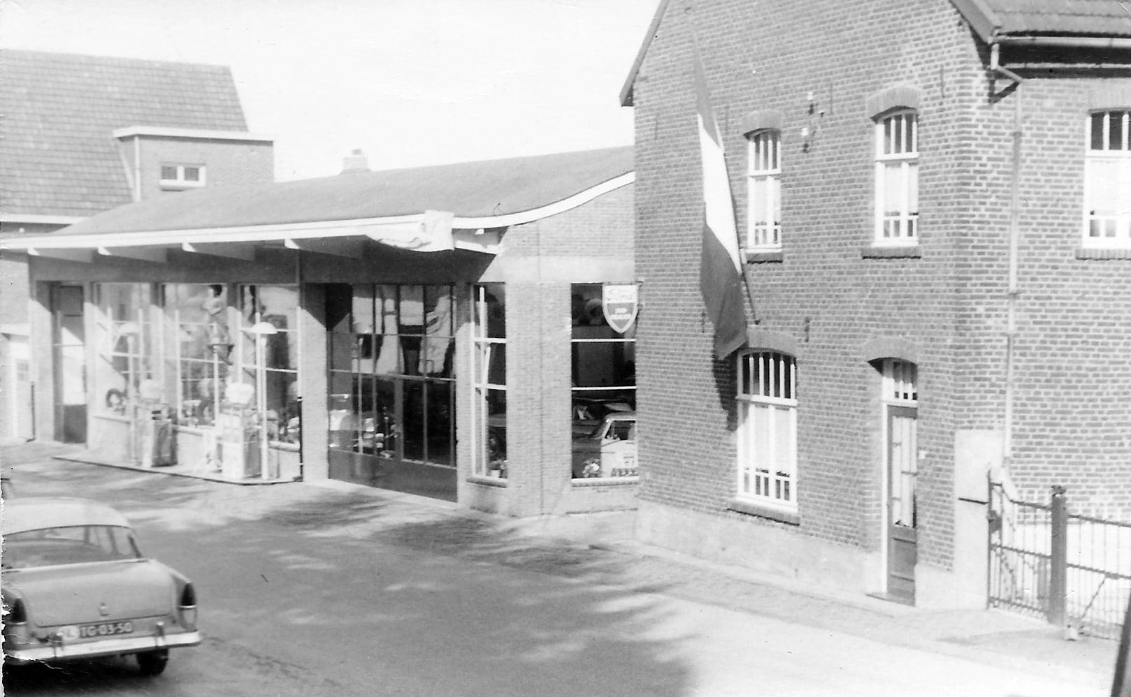 ford--Garage-Beuken-in-Margraten--circa-1955