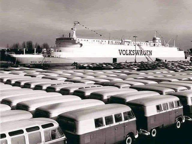 Volkswagen-T1-s-klaar-om-in-te-schepen-op-deze-Vrachtschip-in-1960-in-Emden-