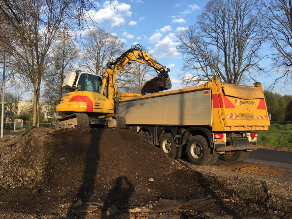 Michel-Defaux-en-de-transformer-aan-het-ontgraven-en-afvoeren-van-freesasfalt-in-Valkenburg-8-4-2020---1