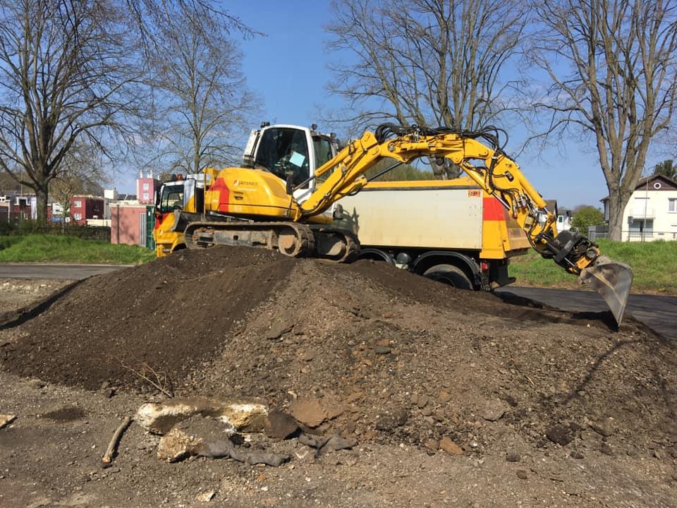 Michel-Defaux-en-de-transformer-aan-het-ontgraven-en-afvoeren-van-freesasfalt-in-Valkenburg-8-4-2020---2