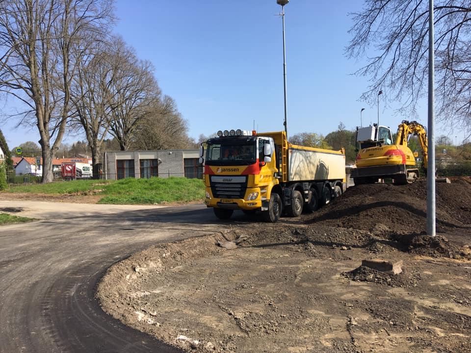 Michel-Defaux-en-de-transformer-aan-het-ontgraven-en-afvoeren-van-freesasfalt-in-Valkenburg-8-4-2020---3