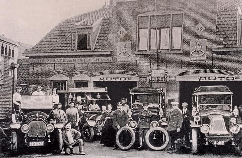 Renault-garage--Jan-van-Kan-die-het-wiel-vast-houd-Oude-Zeeweg-Grent-
