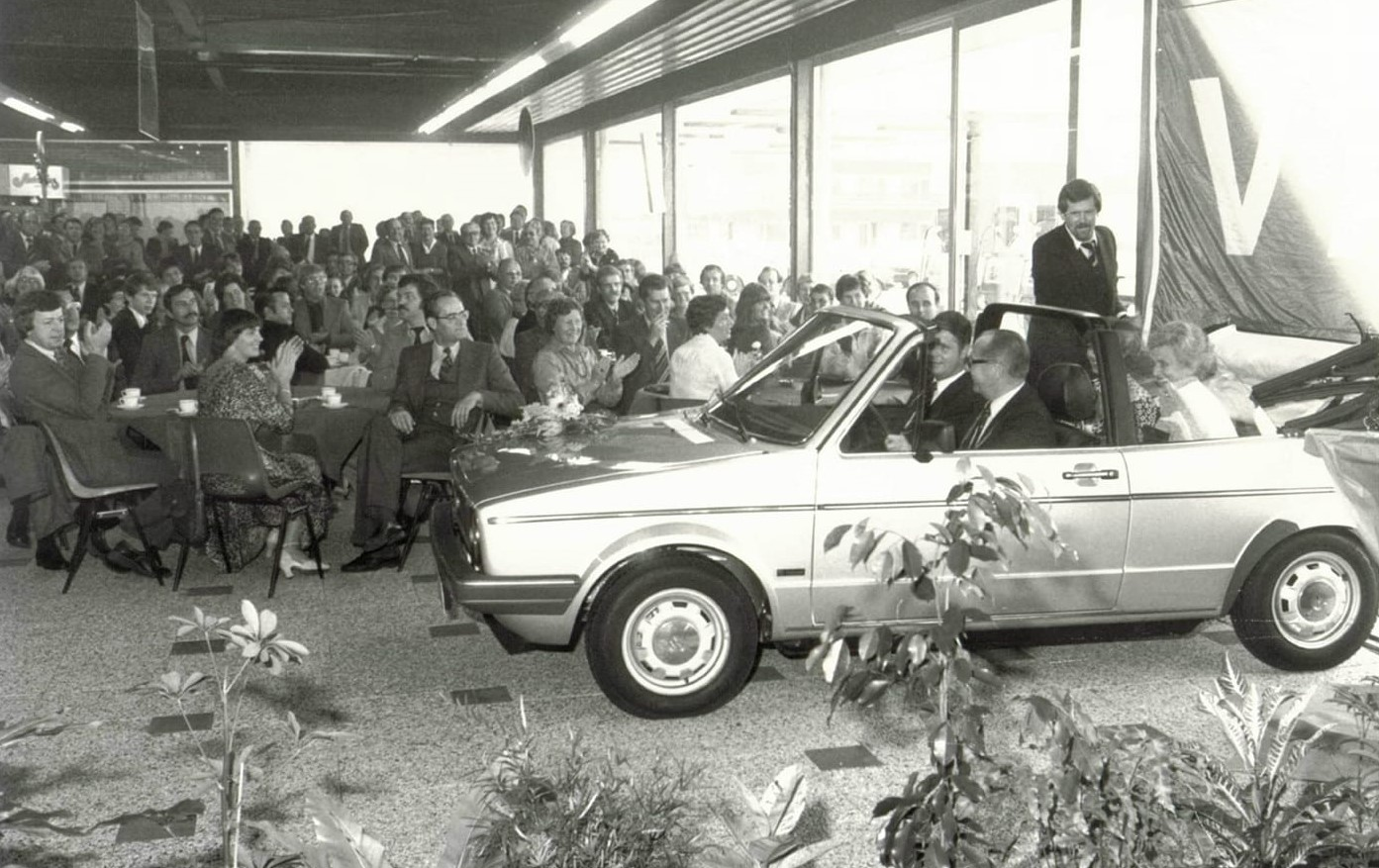 Volkswagen-dealer-garage-de-Waal-in-Tiel--1979-introductie-Golf-Cabrio