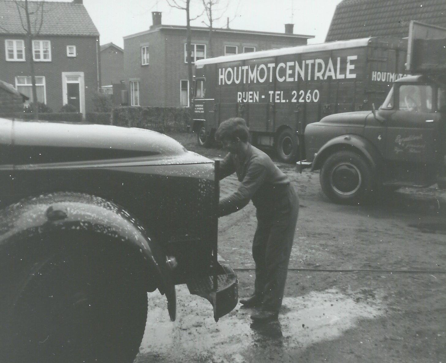 Houtmotcentrale-Rijen-zaterdags-wagens-wassen-met-slang-en-borstel-jaren-60--Piet-Janssens-foto.