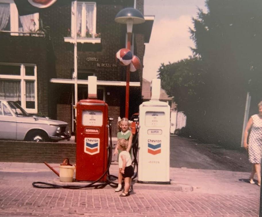 Maurice-met-korte-broek-bij-zijn-zus-1972--en-de-overgang-van-Caltex-naar-Chevron