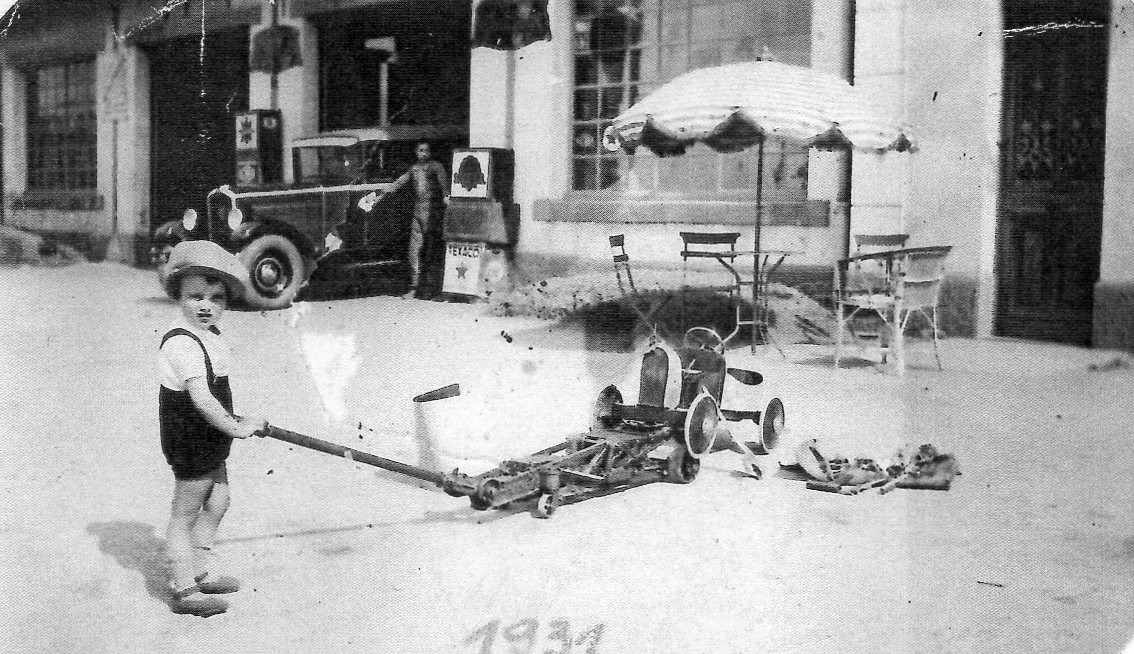 Mon-pere-dans-sa-Bugatti-a--pedales-Mijn-vader-in-zijn-Bugatti-pedalen--1931-4