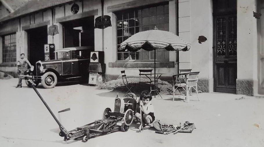 Mon-pere-dans-sa-Bugatti-a--pedales-Mijn-vader-in-zijn-Bugatti-pedalen--1931-5