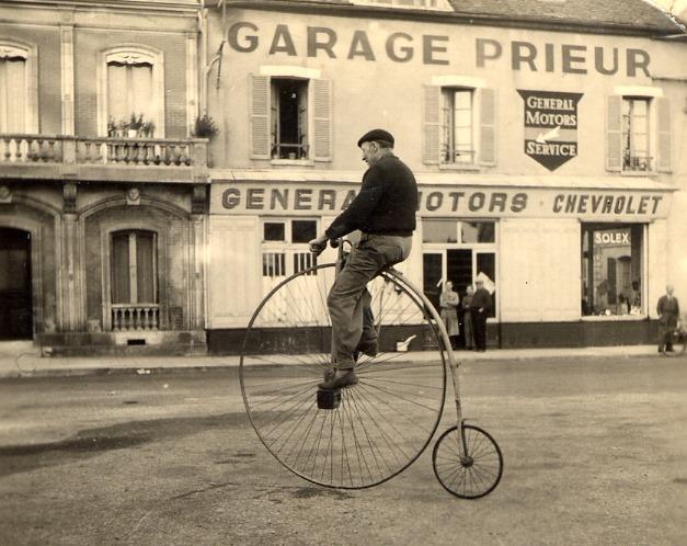 Chevrolet-Dealer-de-garage-van-mijn-vader-in-Sens-vlak-na-de-oorlog--Claude-Prieur-foto-