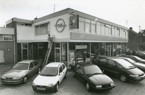 Opel-Dealer-Koenders-Breedenbroek--met-Willy-Koenders-op-de-trap