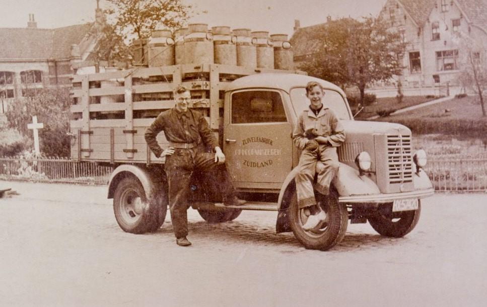 borgward-ca-1953---naast-de-auto-te-zie-chauffeur-jan-quak-en-hulpje-wim-quak-beide-uit-zuidland-