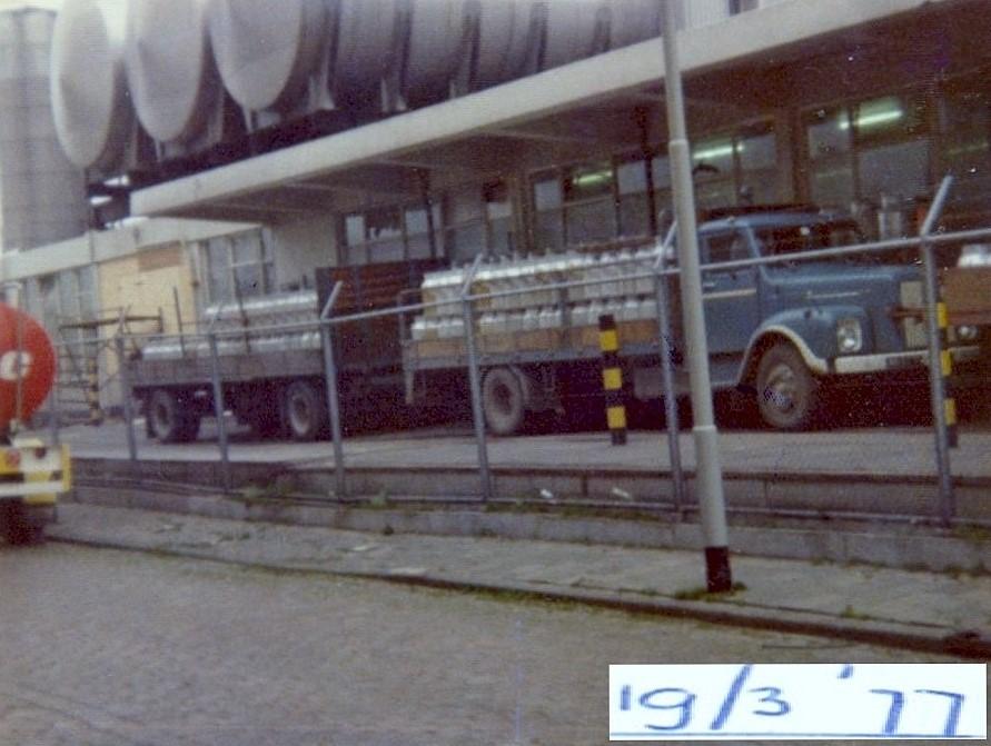 de-laatste-melk-werd-ie-dag-aangeleverd-bij-MELK-UNIE-Keenstraat-Rotterdam-Spansepolder-dit-was-de-laatste-dag-van-bussen-melkontvangst-Teun-Kweekel-foto