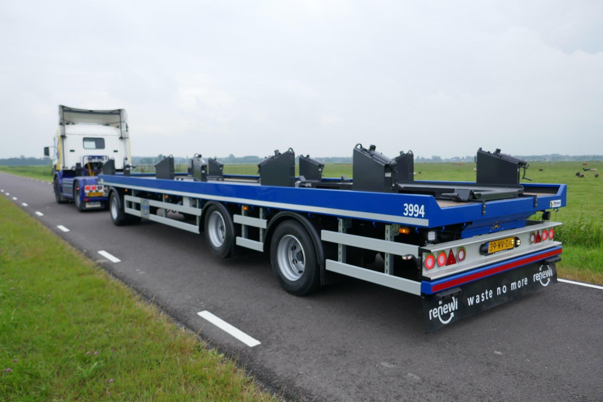 een-3-assige-R.A.F-Portaalaanhangwagen-geschikt-voor-3-portaalcontainers--2-8-2019--2