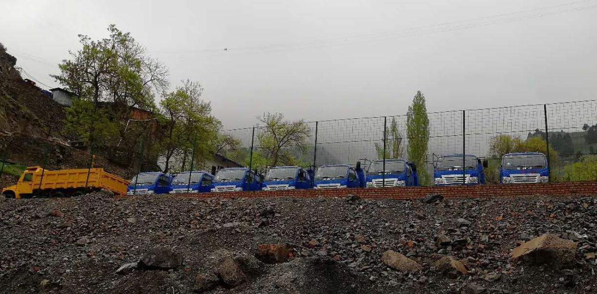 5-dumpers-voor-Tajikistan-voor-in-de-mijnen.-cabines-wordt-half-eraf-gehaald-1