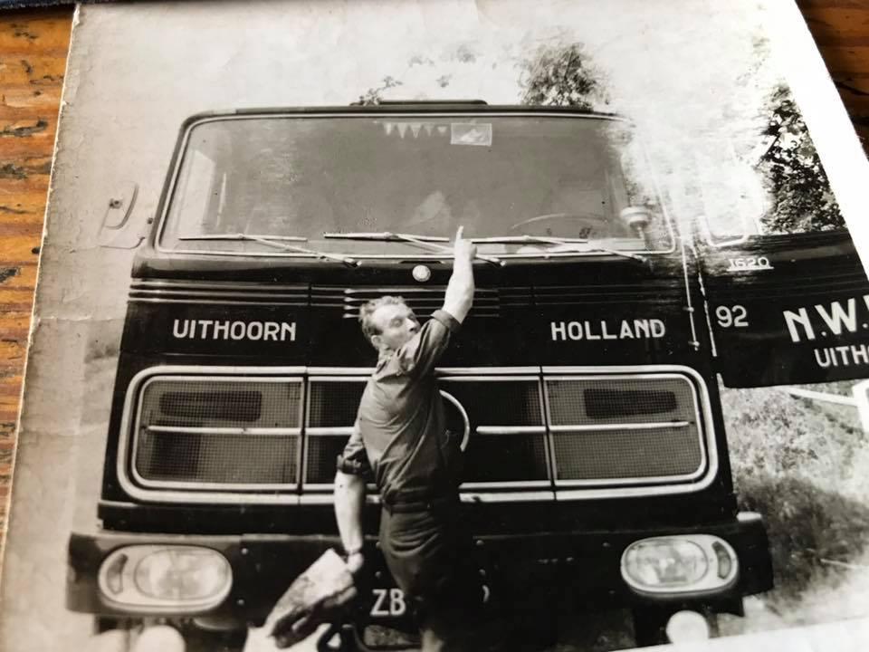 chauffeur-looy-wijst-naar-binnen-daar-is-de-echgenote--foto-van-zoon-Arjan