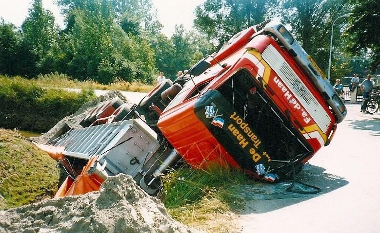 Het-dieptepunt-van-het-trailertijdperk-is-hier-goed-in-beeld-gebracht-asfalt-lading-in-Kiesterzijl