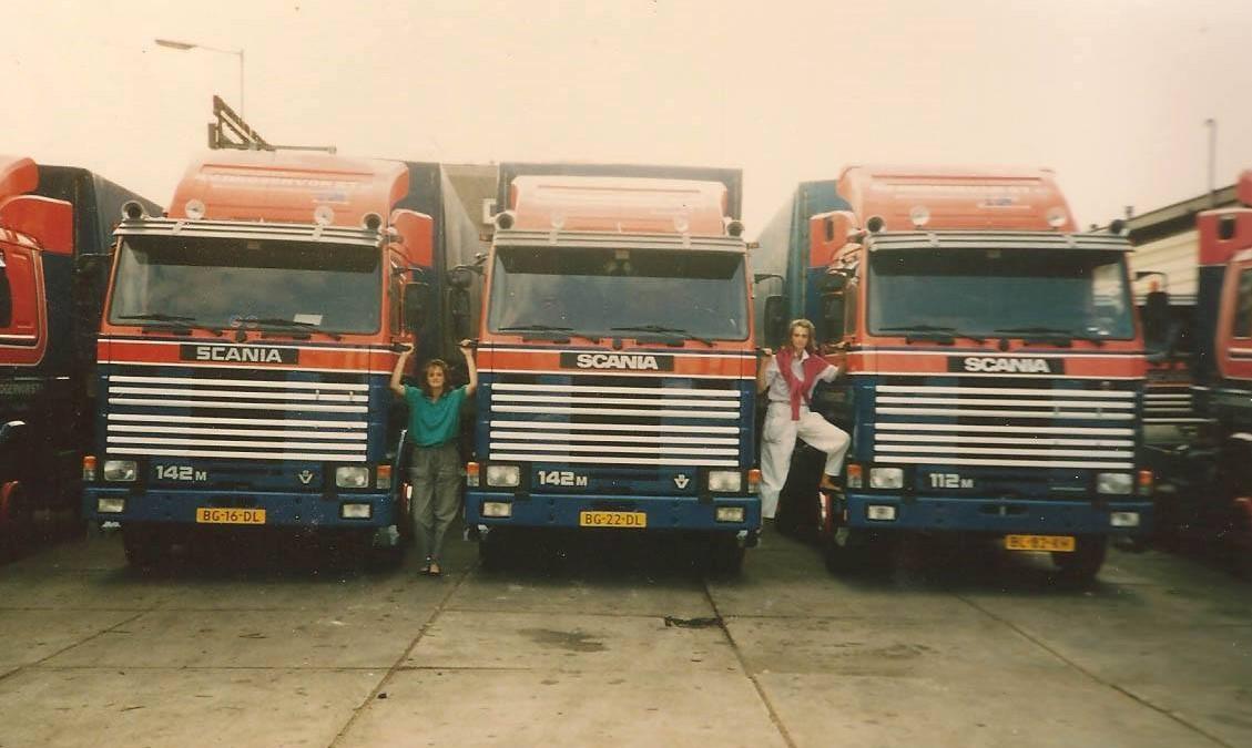 Marianne-Geys-stuurde-me-zojuist-deze-foto-uit-de-jaren--80-van-het-terrein-van-Hoogervorst-aan-de-Stadionweg-in-Rotterdam-met-Paula-en-Louise-Hoogervorst-2