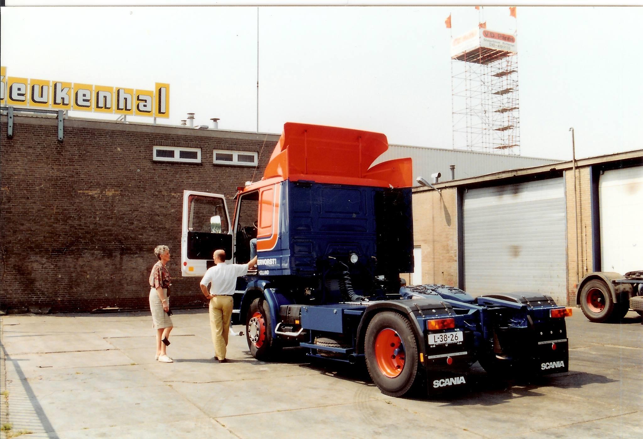 Mevr.Hoogervorst-op-de-Stadionweg-toen-de-VR-97-GS-afgeleverd-werd