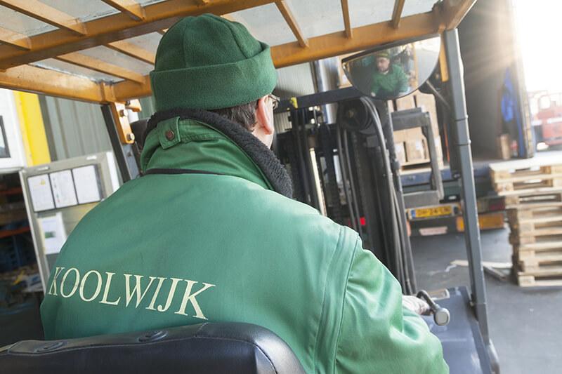 Uitladen_container_Koolwijk[1]