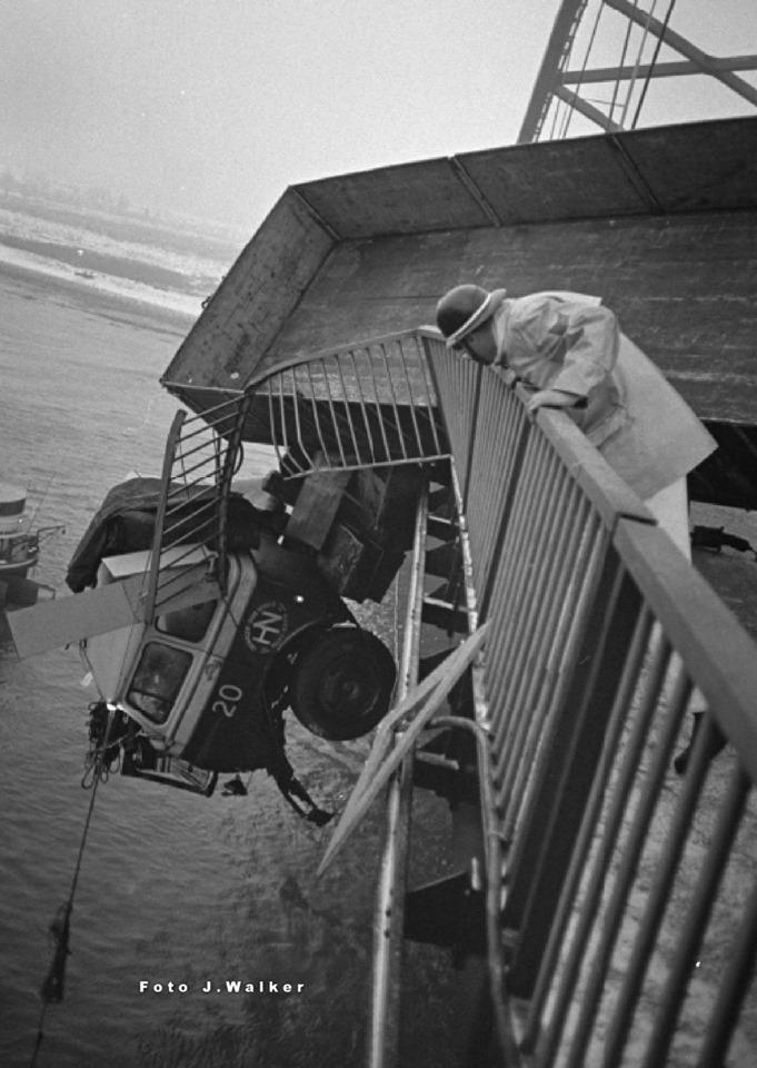 Daar-hang-je-dan-ca-30-Mtr-Brieneroord-brug--boven-De-Maas--de-chauffeur-kreeg-de-naam-duikboot