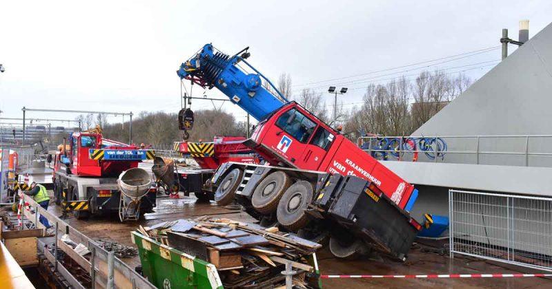Hijskraan-valt-om-tegen-nieuwe-spoorbrug-Utrecht