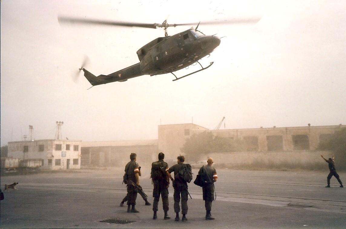 Jan-Pieter-Floor-1999-of-2000-tijdens-de-Kosovo-oorlog-Terwijl-we-in-de-haven-van-Durres--Albanie-staan-te-wachten-begint-het-ineens-hard-te-waaien-1