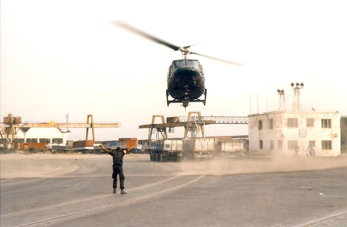 Jan-Pieter-Floor-1999-of-2000-tijdens-de-Kosovo-oorlog-Terwijl-we-in-de-haven-van-Durres--Albanie-staan-te-wachten-begint-het-ineens-hard-te-waaien-2