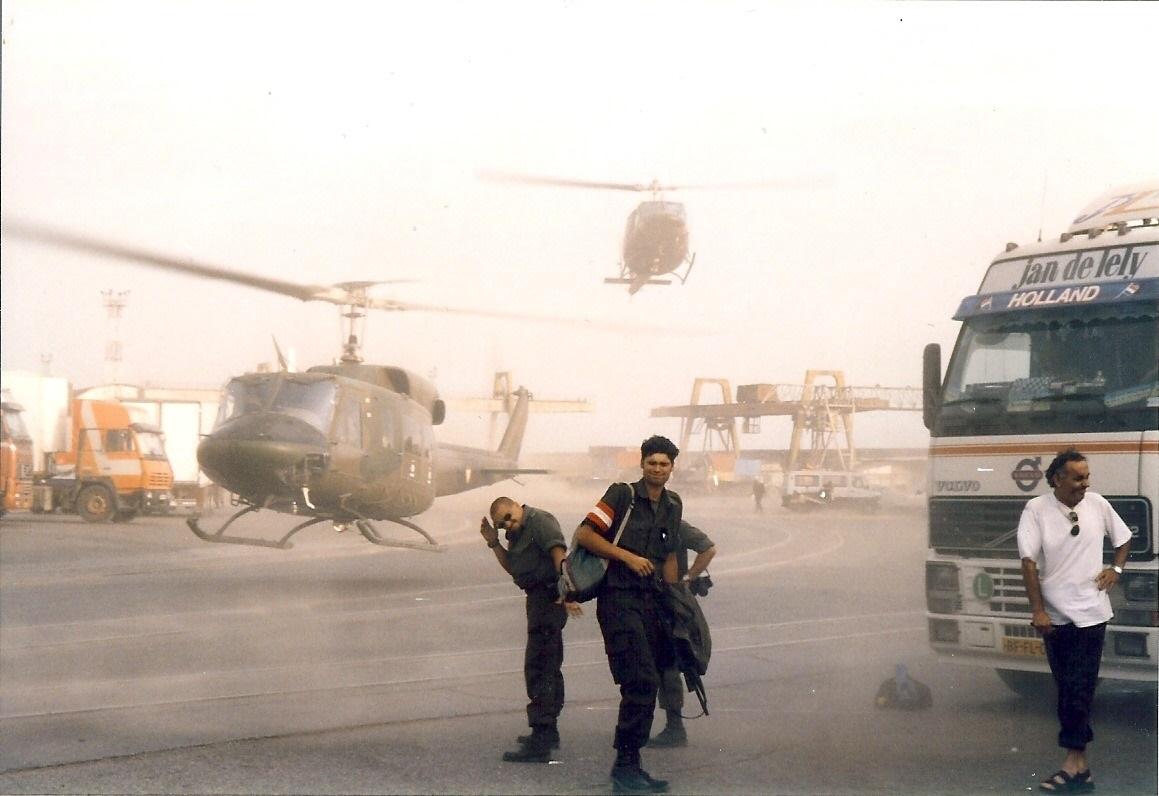 Jan-Pieter-Floor-1999-of-2000-tijdens-de-Kosovo-oorlog-Terwijl-we-in-de-haven-van-Durres--Albanie-staan-te-wachten-begint-het-ineens-hard-te-waaien-4