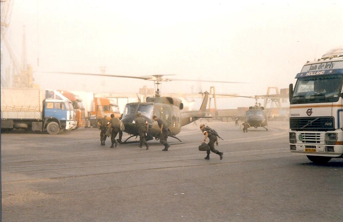 Jan-Pieter-Floor-1999-of-2000-tijdens-de-Kosovo-oorlog-Terwijl-we-in-de-haven-van-Durres--Albanie-staan-te-wachten-begint-het-ineens-hard-te-waaien-5