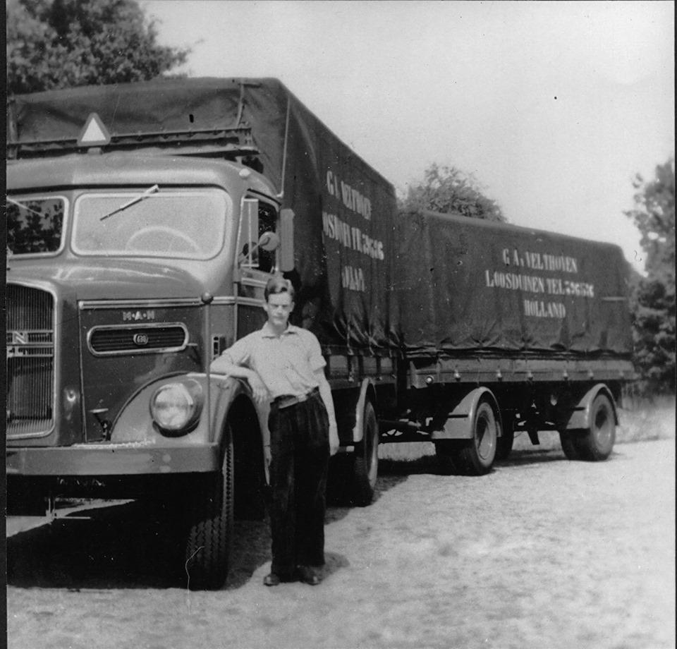 Velthoven-Transport-1955-MAN-met-Leo-van-Velthoven-RIP-naast-de-auto