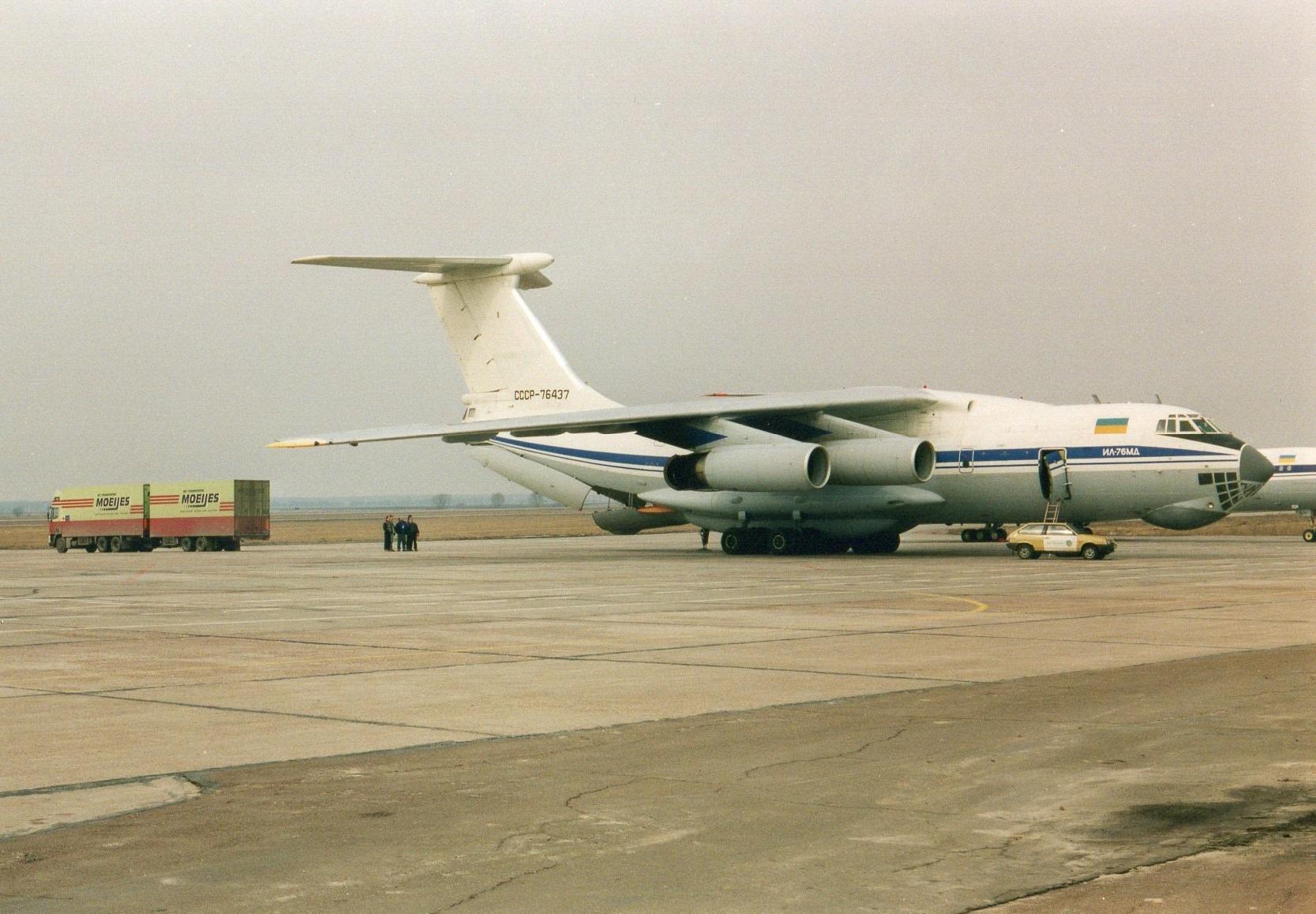 1993-Transporten-medicijnen-voor-het-Rode-Kruis-met-bestemming-Armenie.-Rijden-naar-Armenie-was-toen-te-gevaarlijk-in-Kiev-werd-het-overgeladen-10