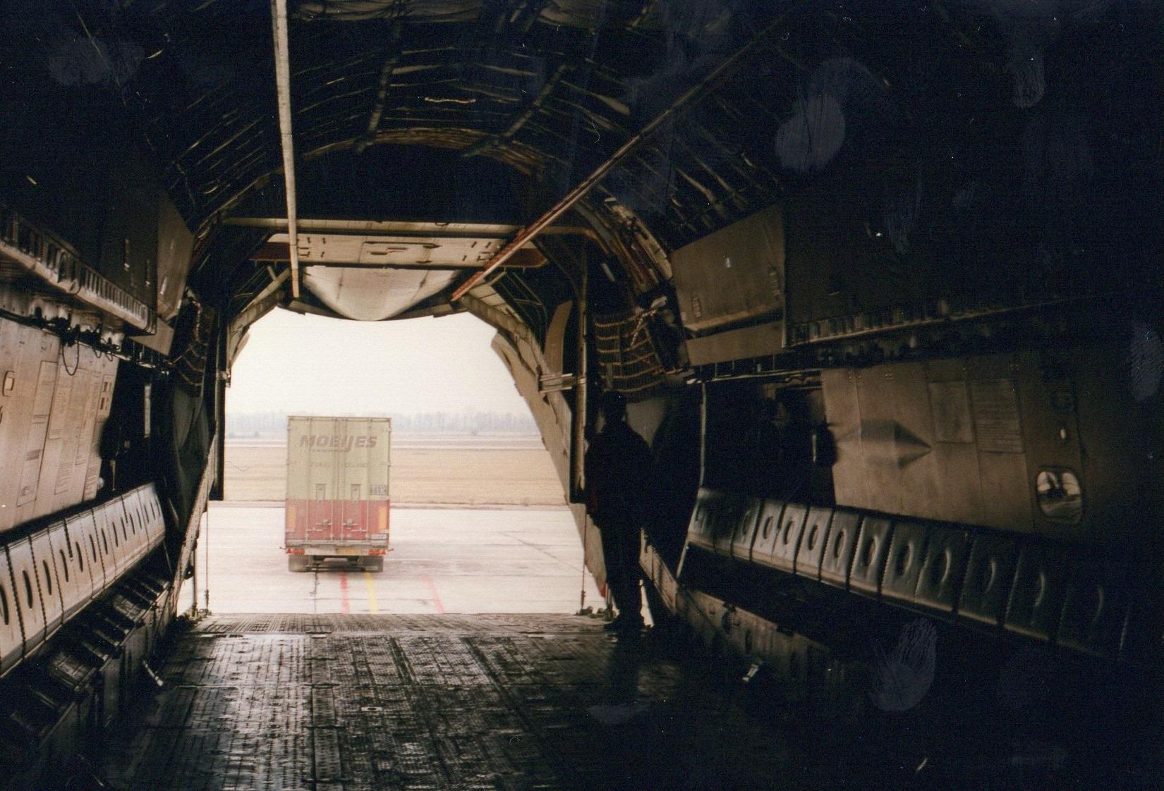 1993-Transporten-medicijnen-voor-het-Rode-Kruis-met-bestemming-Armenie.-Rijden-naar-Armenie-was-toen-te-gevaarlijk-in-Kiev-werd-het-overgeladen-11