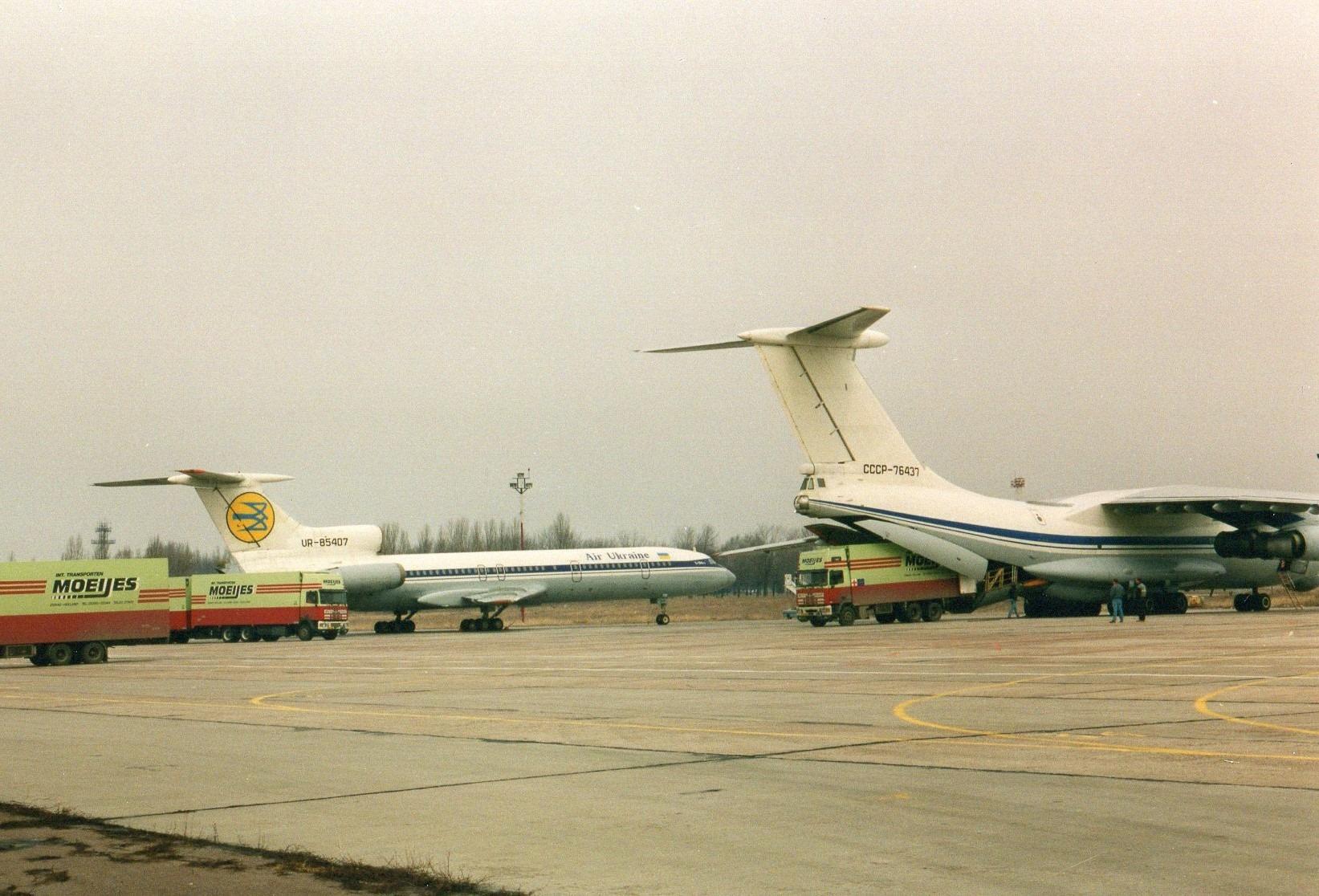 1993-Transporten-medicijnen-voor-het-Rode-Kruis-met-bestemming-Armenie.-Rijden-naar-Armenie-was-toen-te-gevaarlijk-in-Kiev-werd-het-overgeladen-12